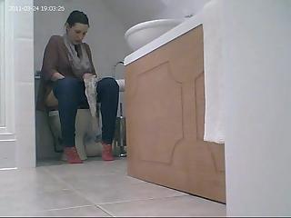 YourVoyeurVideos  Bathroom spy cam catches woman peeing PaysiteRip VoyeurXXX WEB-DL